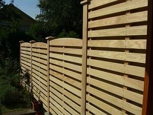Ein Sichtschutz sorgt für ungestörte Ruhe im Garten