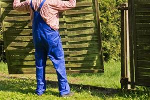 Weg mit dem alten Zaun. EInen Doppelstabmattenzaun kann man schön Beranken lassen.