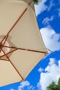 Einen Ständer für den Sonnenschirm kann man ganz einfach selber bauen © nadezhda1906 - Fotolia.com