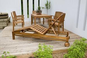Gartenmöbel aus Holz brauchen regelmäßige Pflege © Digitalpress - Fotolia.com