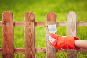 Ein Holzzaun braucht alle paar Jahre einen neuen Anstrich © NinaMalyna - Fotolia.com