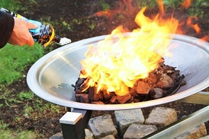 Eine Feuerstelle sorgt für Gemütlichkeit und Wärme im Garten © Yantra - Fotolia.com