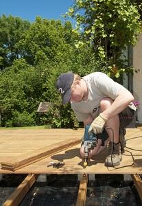 Der Fachmann errichtet die Terrasse schnell und sorgt für lange Haltbarkeit © jogyx - Fotolia.com