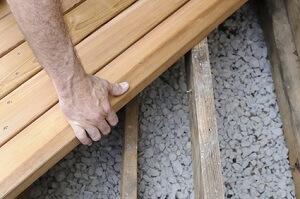 Das Verlegen von Terrassen-Dielen ist gar nicht so schwer © junej - Fotolia.com