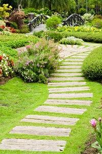 Bei der Gestaltung von Gartenwegen gibt es unzählige Möglichkeiten © chaloemphan - Fotolia.com