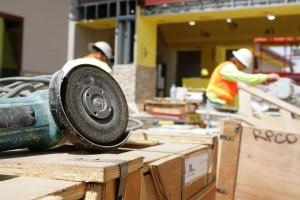 Der Exzenterschleifer Hilft Bei Der Sanierung Der Holzterrasse ... Renovierung Der Holzterrasse