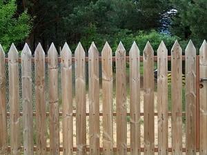 Holzzäune sorgen im Garten für ein besonders natürliches Ambiente