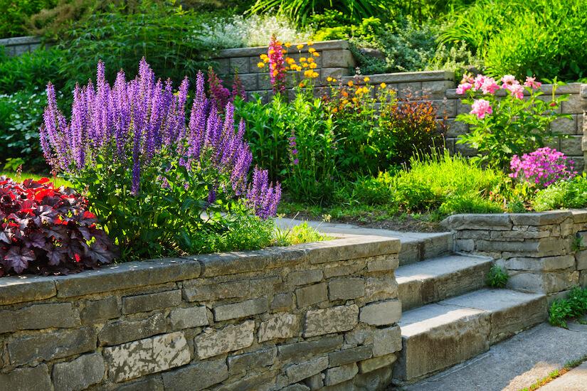 Mauer mit echten Natursteinen im Garten bauen